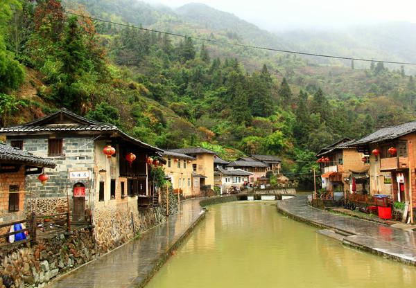 Tt is a famous hometown of overseas Chinese with earth buildings and Diaojiaolou along the brook flowing through the village.
