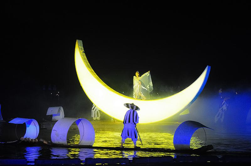 A crescent-shaped boat with a dancing fairy appears in the fifth chapter of Impression Sanjie Liu