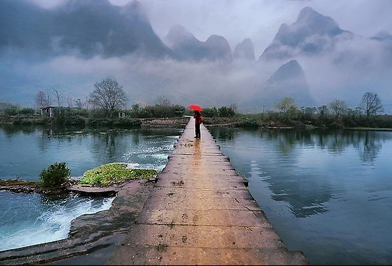 Yulong River in Yangshuo is as beautiful as paradise in foggy days