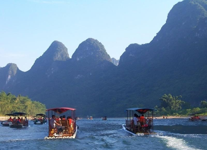 Visitors can take bamboo raft cruise to enjoy the highlight of Li River from Yangdi to Xingping