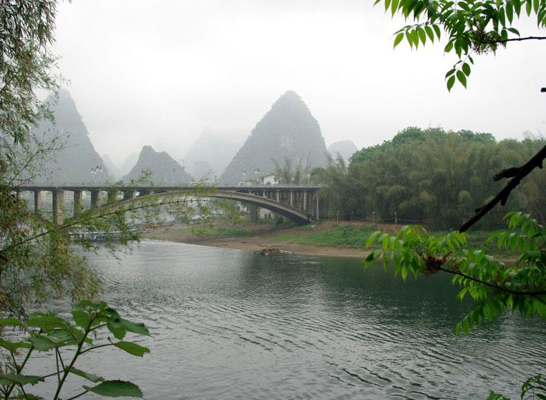 Yangshuo Great Bridge is the best place to see the scenery of Green Lotus Peak