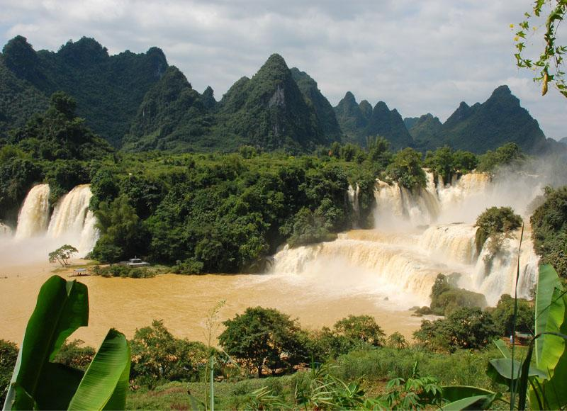 Detian Waterfall is located in the border of China and Vietnam