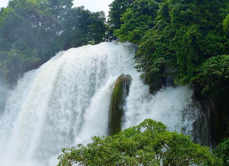 Detian Waterfall in China is about 243km away from Nanning City, Guangxi