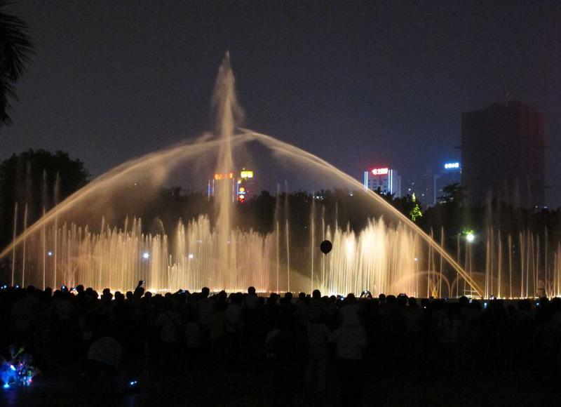 Nanhu Lake Park in Nanning of south China's Guangxi Province is quite beautiful at night