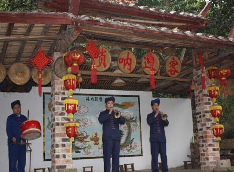 Locals welcome tourists by playing the suona horn in the Yiling Cave Scenic Area of Nanning