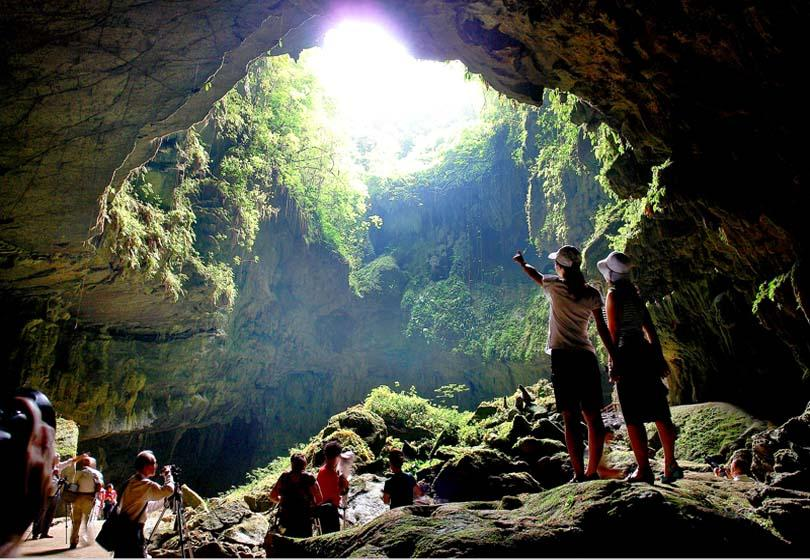 Qianlong Heaven Cave in Yongfu is the only one found which is easily accessible from the bottom on feet