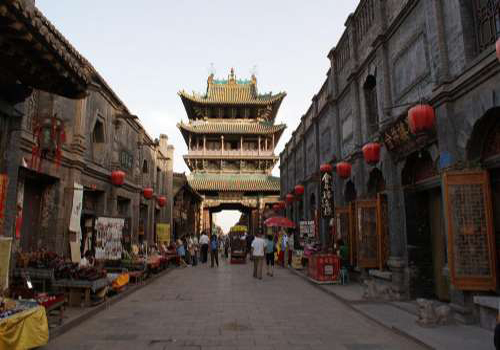 As it is the axis wire of the symmetric layouts of Pingyao Old Town, the Ming-Qing Street of Shanxi can be deemed as the backbone of the town.