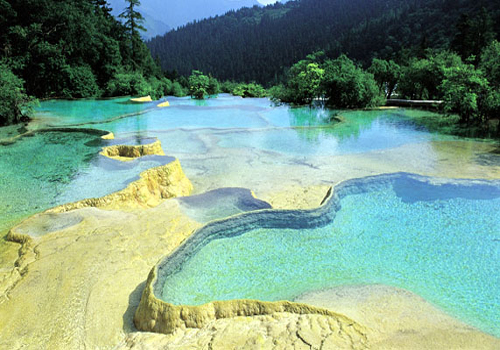 To a large extent, Huanglong Scenic and Historic Interest Area is not only the treasure of Chinese people but also the world as a whole.