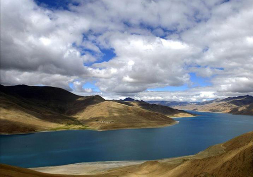 Picturesque scenery of Lake Yamzho Yumco in Tibet