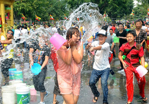 Water Splashing Festival celebrated in Mangshi, China's Yunnan