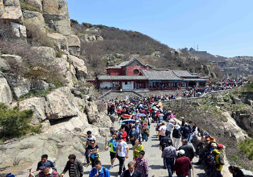 Tourists enjoy May Day holiday on Taishan Mountain