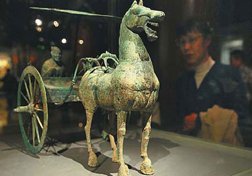 Exhibition displays art and relics of two civilizations