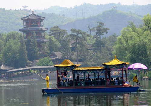 Visitors spend holiday in Chengde, Hebei Province