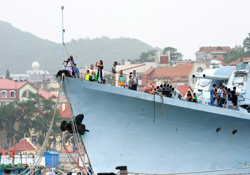 Tourists pack into Qingdao Naval Museum to see warships