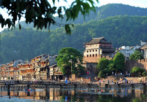 Fenghuang ancient town sees travel peak in July
