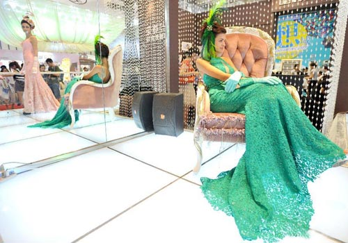 Models showcase elegance at wedding expo in Nanjing