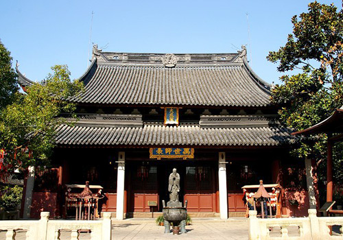 A copper statue of Confucius is in the front of Dacheng Hall.