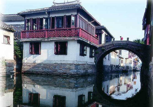 Connecting Xiwan Street and Zhenfeng Alley (贞丰弄), the Zhenfeng Bridge is a stone arch bridge, 12.2 metres long, 2.8 metres wide.