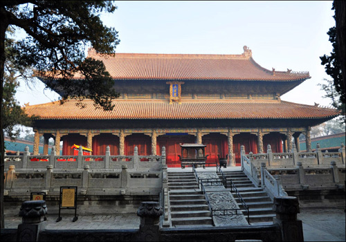 Seen from the north of Apricot Alta, this golden Dacheng hall comes into your eyes.